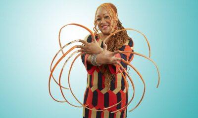 ¡Adiós récord! Mujer con las uñas más largas del mundo se las corta