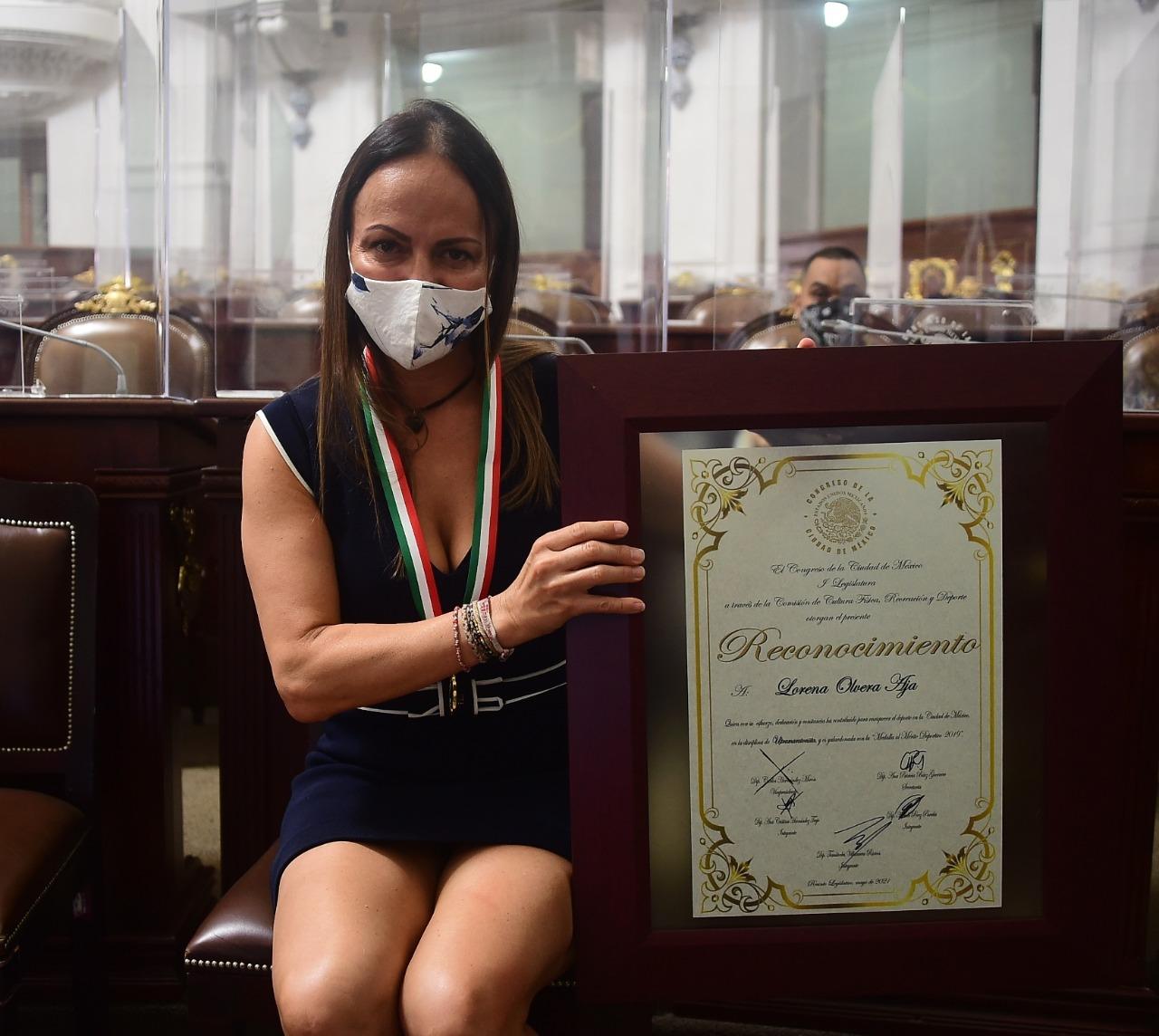 La ultramaratonista Lorena Olvera Aja, recibe Medalla al Mérito Deportivo